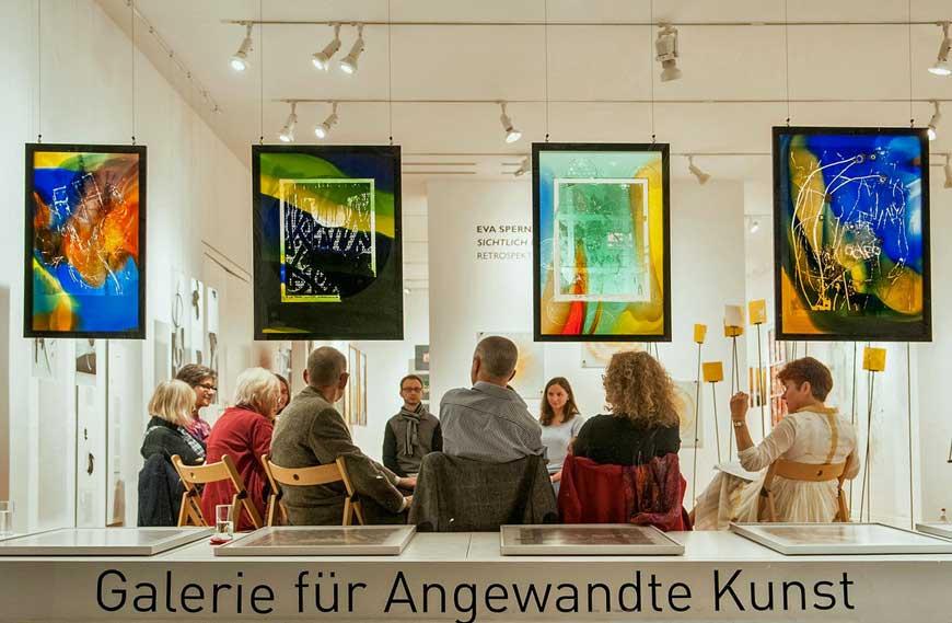 """Ausstellung """"Sichtlich Freude""""- Gläserne Reisetagebücher"""