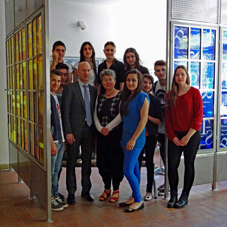 Eva Sperner mit Schülern im Respektraum