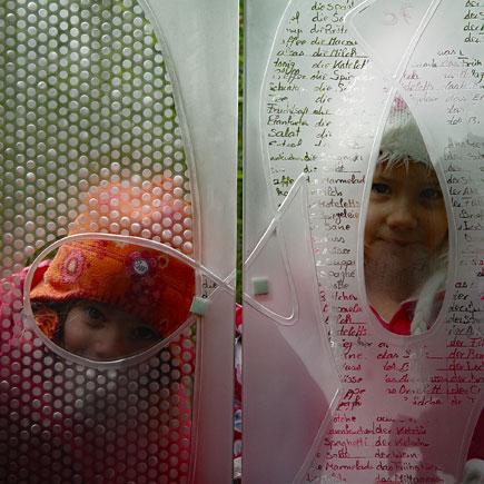 Sperner Glas Kinder schauen durch Glastüren