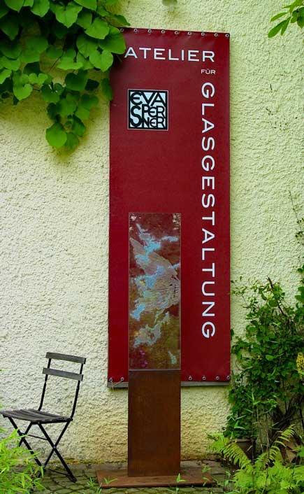 Atelier für Glasgestaltung mit Banner und Gartenstele aus Glas