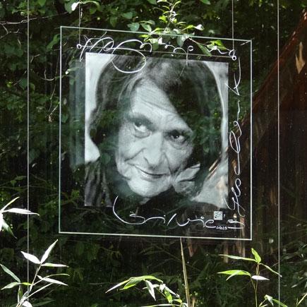 Portrait der Malerin Silvie de Muralt auf Floatglas, sandgestrahlt