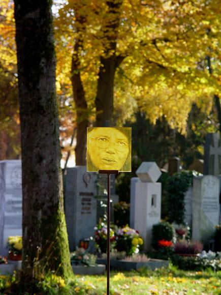 Kokoro Glasportrait am Friedhof