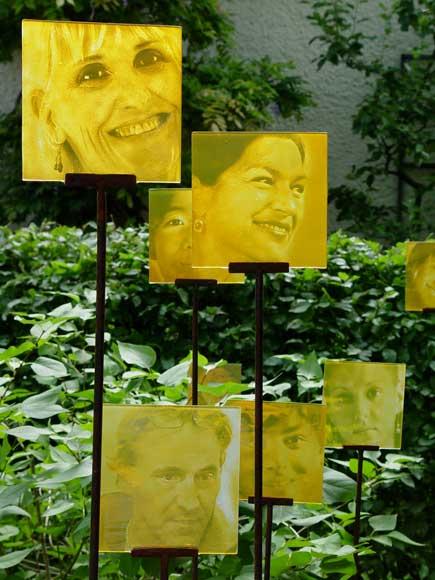 Kokoro Glasportraits im Garten